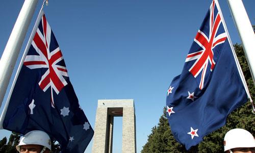 Quốc kỳ Australia (trái) và quốc kỳ New Zealand. Ảnh: Reuters.