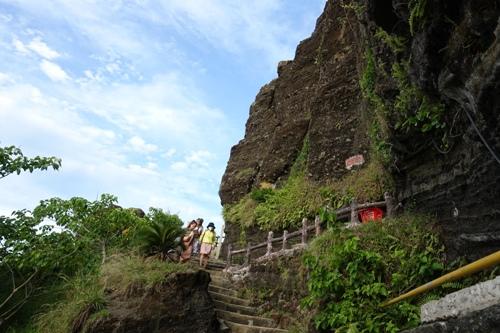 Núi Giếng Tiền bị nứt do mưa bão cuối năm 2017. Ảnh: Thạch Thảo.
