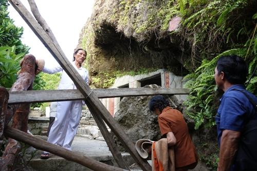 Thấy đá lở, du khách vẫn vượt rào chắn vào chùa Đục. Ảnh: Thạch Thảo.