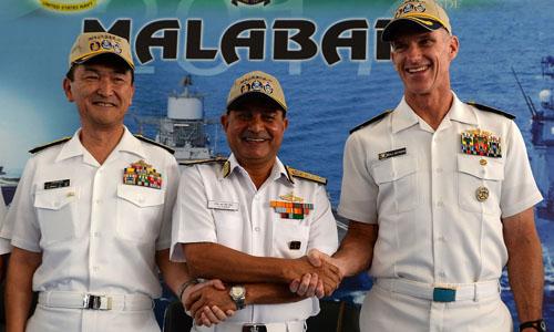Chuẩn đô đốc Nhật Bản Hiroshi Yamamura (trái), Chuẩn đô đốc Mỹ William Byrne (phải) và Phó đô đốc Hải quân Ấn Độ HCS Bisht chụp ảnh trong lễ khai mạc cuộc tập trận hải quân chung tại thành phố Chennai, Ấn Độ. Ảnh: AFP.