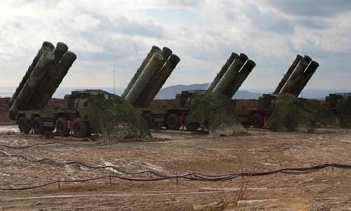 Xe bệ phóng thuộc tổ hợp phòng không S-400 của Nga. Ảnh: TASS.