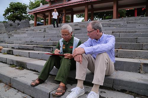 Ông Dương đề tặng bài thơ Đò lên Thạch Hãn... tặng vị cựu binh Mỹ. Ảnh: Hoàng Táo