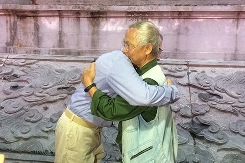 Hai vị cựu binh ôm nhau, hẹn ngày gặp lại trước khi chia tay. Ảnh: Hoàng Táo