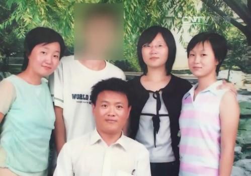 Ba chị em nhà họ Tống chụp ảnh cùng cha con Đoàn Liên Bài.