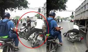 Ngã đập đầu vào bánh xe tải: Khi nào người đi xe máy thôi chạy vào làn ôtô?