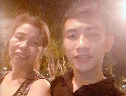 Mạnh (trái) và mẹ trong bức hình gửi mạng xã hội nhờ tìm bố. Ảnh: NVCC