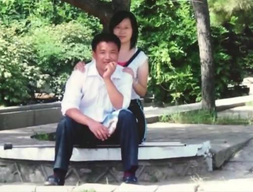 Đoàn Liên Bài chụp ảnh cùng Tống Hằng Nga trong khuôn viên trường đại học.