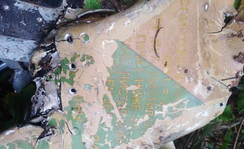 Mảnh vỡ từ S-22 tại hiện trường. Ảnh: Nguyễn Hải.