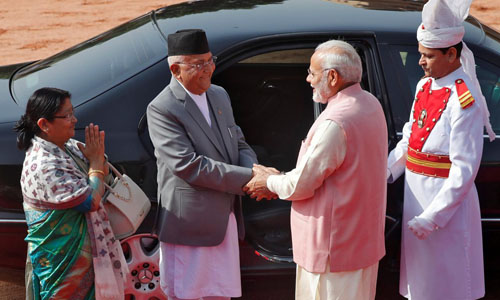 Thủ tướng Modi (thứ hai bên phải) bắt tay người đồng cấp tại Nepal Khadga Prasad Sharma Oli (thứ hai bên trái) hôm 7/4 trong lễ tiếp đón ông tại dinh tổng thống Ấn Độ Rashtrapati Bhavan tại New Delhi. Ảnh: Reuters.