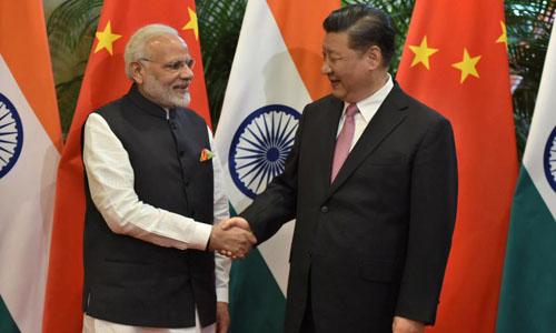 Chủ tịch Trung Quốc Tập Cận Bình (phải) bắt tay với Thủ tướng Ấn Độ Narendra Modi hôm 27/4 tại thành phố Vũ Hán, Trung Quốc. Ảnh: Reuters.