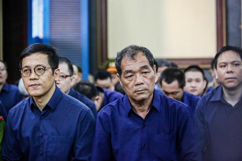 Ông Trầm Bê (ngồi giữa) và các bị cáo. Ảnh: Thành Nguyễn.