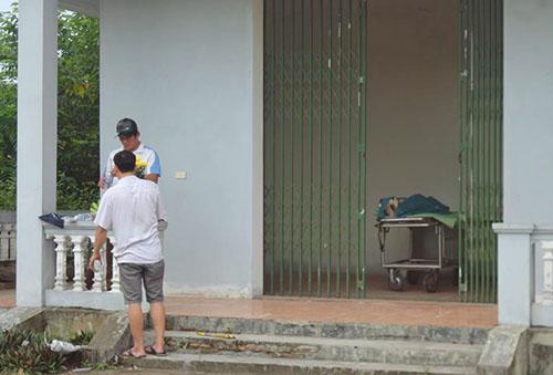 Người nhà làm thủ tục để đưa thi thể ông Hùng về quê mai táng. Ảnh: Đ.H