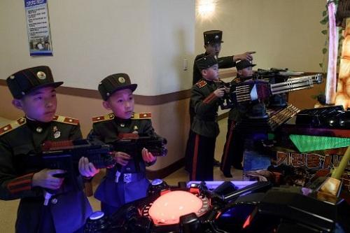 Học sinh học bắn súng bằng thiết bị mô phỏng trong trường Mangyongdae hôm 14/7.Ảnh: AFP.