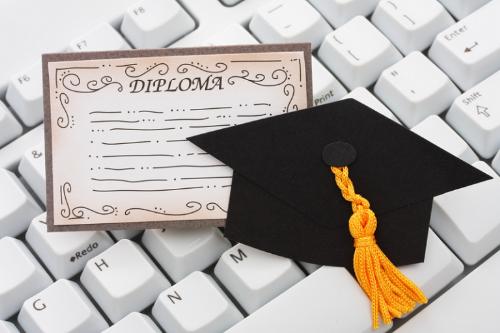 Học trực tuyến giúp sinh viên linh hoạt thời gian theo nhu cầu cá nhân đồng thời giải quyết nhiều hạn chế so với hình thức học đại học truyền thống.