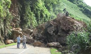 Khối đá khổng lồ bít kín quốc lộ ở Sơn La