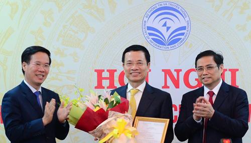 Từ trái qua: Trưởng ban Tuyên giáo Trung ương Võ Văn Thưởng, quyền Bộ trưởng Nguyễn Mạnh Hùng và Trương ban Tổ chức Trung ương Phạm Minh Chính. Ảnh: CTV