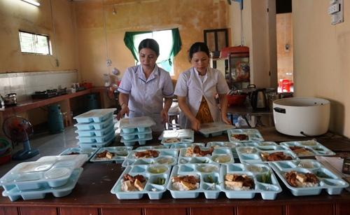 Các chuyên viên dinh dưỡng Bệnh viện Đa khoa Đặng Thùy Trâm soạn bữa ăn cho bệnh nhân. Ảnh: Phạm Linh.