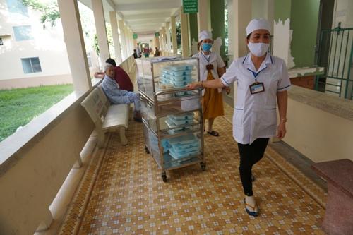Y, bác sĩ đẩy xe cơm đến từng khoa. Ảnh: Phạm Linh.