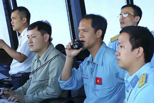 Trung tá Khuất Mạnh Trí (cầm bộ đàm) trong lúc làm nhiệm vụ. Ảnh: Gia đình cung cấp
