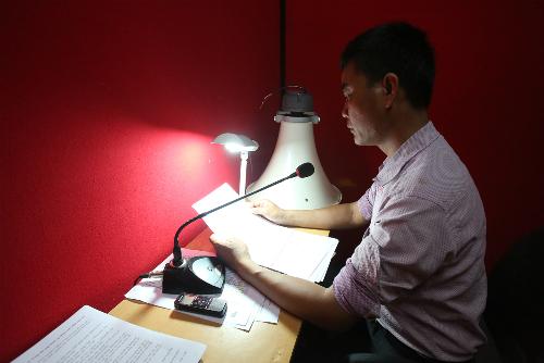 Anh Thao trong phòng truyền thanh xã Tiến Trung. Ảnh: Ngọc Thành.