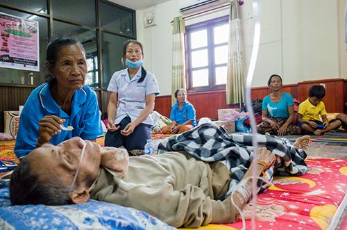 Một cụ ông được điều trị tại nơi tạm trú ở huyện Sanamxay, tỉnh Attapeu. Ảnh: Thành Nguyễn