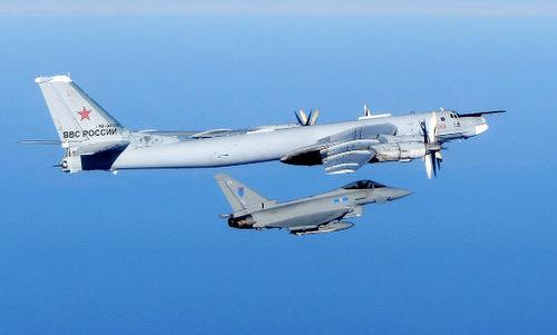 Tiêm kích Typhoon áp sát oanh tạc cơ Nga gần không phận NATO năm 2017. Ảnh: RAF.