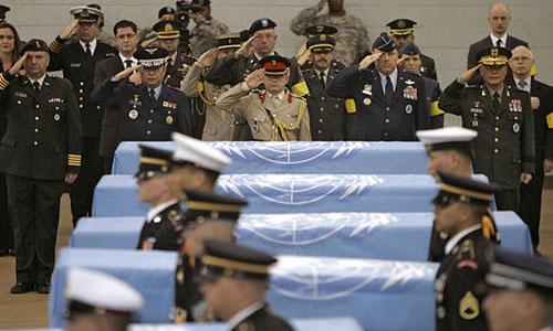 Lễ hồi hương hài cốt 6 lính Mỹ tham gia Chiến tranh Triều Tiên tại một căn cứ quân sự của Mỹ ở Hàn Quốc tháng 4/2007. Ảnh: AFP.