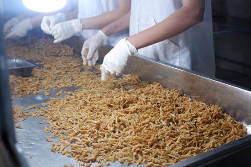 Phân loại cá cơm sau khi làm nguội. Ảnh: Bizmedia