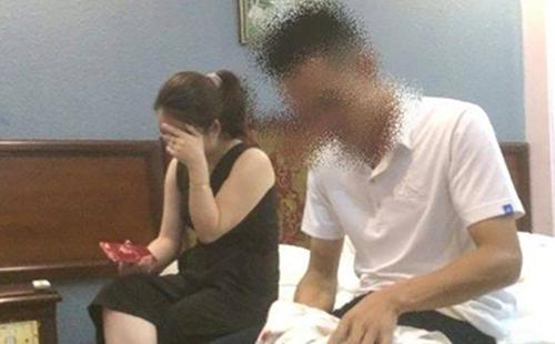 Nữ giáo viên và viên cảnh sát bị bắt quả tang trong phòng nghỉ. Ảnh: L.S