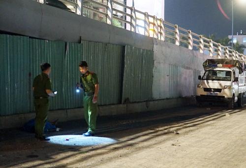 Cảnh sát đang khám nghiệm hiện trường vụ việc. Ảnh: Sơn Hòa