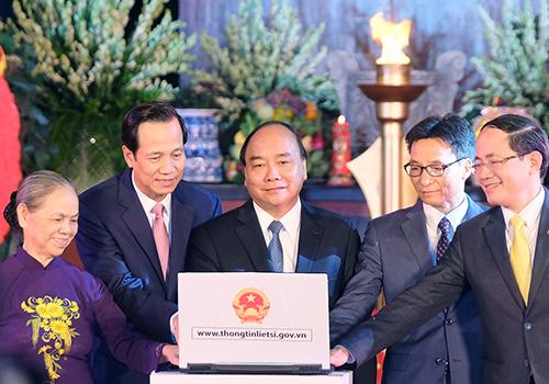 Thủ tướng ấn nút khai trương Cổng thông tin liệt sĩ. Ảnh: VGP