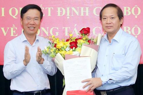 Ông Trương Minh Tuấn (bìa phải) nhận quyết định Phó ban Tuyên giáo Trung ương. Ảnh: TTX