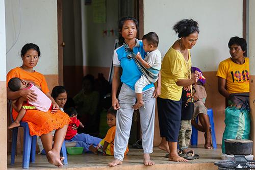 Người dân huyện Sanamxay, tỉnh Attapue, đông nam Lào ở nơi tạm trú. Ảnh: Thành Nguyễn