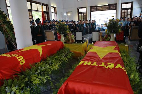 Linh cữu hai phi công được đặt trong nhà tang lễ. Ảnh: Văn Hải