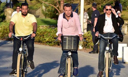 Tổng thống Pháp Emmanuel Macron (giữa) đạp xe cùng vệ sĩ Alexandre Benalla (trái) ở Le Touquet tháng 6/2017. Ảnh: AFP.