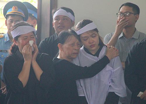 Người thân liệt sĩ khóc khi Ban tổ chức lễ tang đọc điếu văn. Ảnh: Đức Hùng