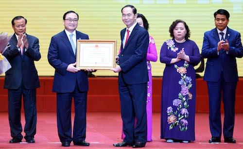 Bí thư Hà Nội Hoàng Trung Hảiđón nhận Huân chương Độc lập hạng Nhất do Chủ tịch nước Trần Đại Quang trao tặng thành phố.Ảnh: HNM.
