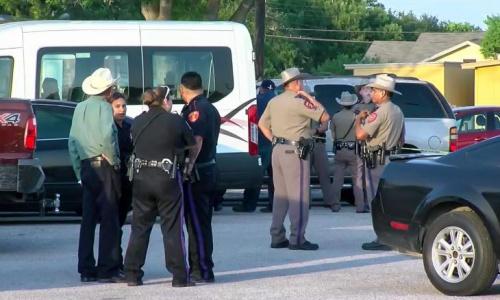 Cảnh sát địa phương phong toả hiện trường vụ nổ súng. Ảnh: CNN.