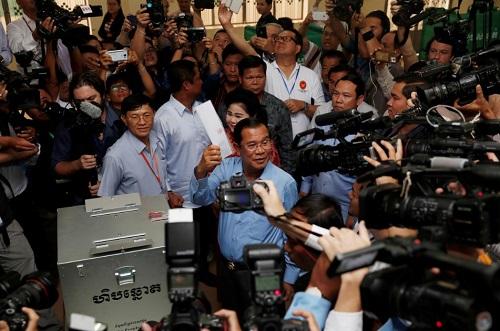 Thủ tướng Campuchia kiêm Chủ tịch đảng CPP Hunsen chuẩn bị bỏ phiếu tại một điểm bầu cử ở Takhmao, tỉnh Kandal hôm 29/7. Ảnh: Reuters.