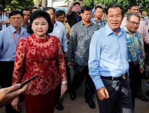 Thủ tướng Campuchia kiêm chủ tịch đảng CPP Hunsen cùng phu nhân Bun Rany rời đi sau khi bỏ phiếu ở Takhmao, tỉnh Kandal, sáng nay. Ảnh: Reuters.