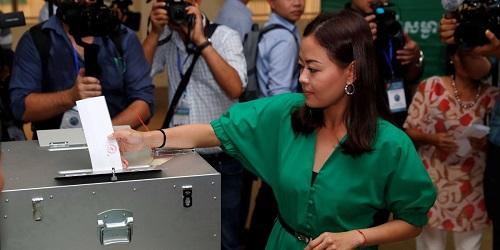Một cử tri bỏ phiếu tại Takhmao, tỉnh Kandal, Campuchia vào sáng nay. Ảnh: Reuters.