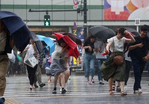 Bão Jongdari quét qua thành phố Tokyo hôm 28/7. Ảnh: AFP.