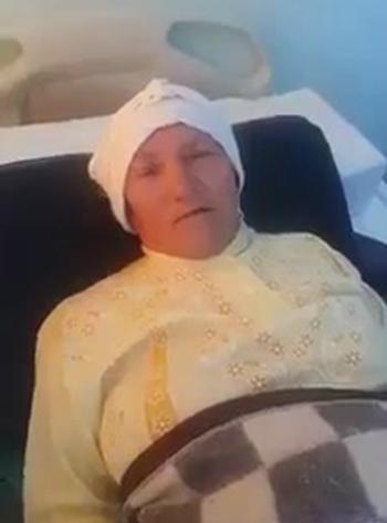 Bà lão được điều trị tại bệnh viện sau khi chống trả IS. Ảnh: AMN.