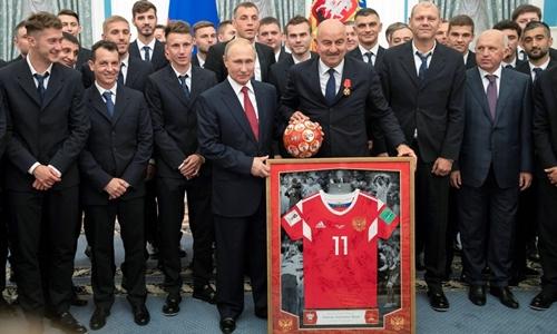 Đội tuyển Nga tặng quà cho Putin ngày 28/7. Ảnh: AFP.