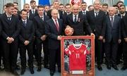 Huấn luyện viên Nga mỉa mai việc Mỹ lo quả bóng Putin tặng có thiết bị nghe lén