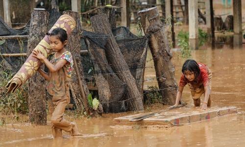 Người dân chịu ảnh hưởng trong vụ vỡ đập ở Attapeu. Ảnh: Thành Nguyễn.