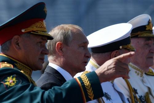 Tổng thống Nga Putin và Bộ trưởng Quốc phòng Sergei Shoigu (trái) xem lễ diễu binh tại Saint Petersburg. Ảnh: AFP.
