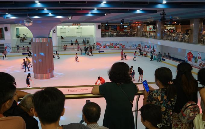 """<p class=""""Normal""""> Trung tâm thương mại này có hàng trăm gian hàng bán thời trang hàng hiệu, dịch vụ nhà hàng, cà phê, giải trí... Dưới tầng B1 còn có sân trượt băng với diện tích 2.000 m2.</p>"""