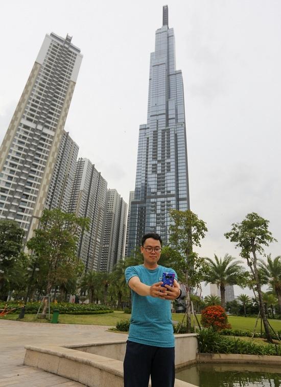 """<p class=""""Normal""""> Từ tự chụp tới nhờ bạn bè chụp giùm, miễn sao có ảnh """"sống ảo"""" cực chất với tòa tháp hiện đại, biểu tượng mới của Sài Gòn.</p>"""