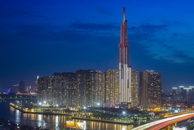 """<p class=""""Normal""""> Hôm 26/7, Landmark 81 (quận Bình Thạnh, TP HCM) - tòa nhà cao nhất Việt Nam, nằm top 20 tháp cao nhất thế giới - đã đưa vào hoạt động hạng mục trung tâm thương mại. Công trình cao hơn 460 m, được khởi công tháng 12/2014, sau bốn năm thi công đã gần hoàn thiện.</p>"""